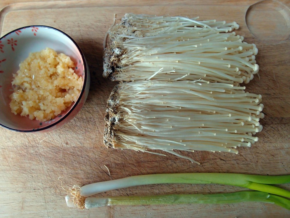 Steamed_Enoki_Mushrooms_with_Garlic_Sauce